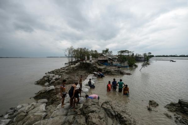 """""""Tout est perdu"""" : après le cyclone Amphan, plus que ses yeux pour pleurer"""
