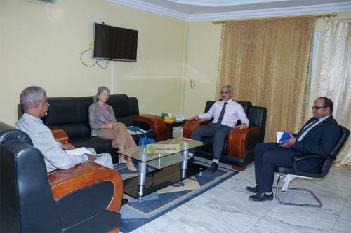 Le commissaire aux droits de l'Homme s'entretient avec la représentante du HCR