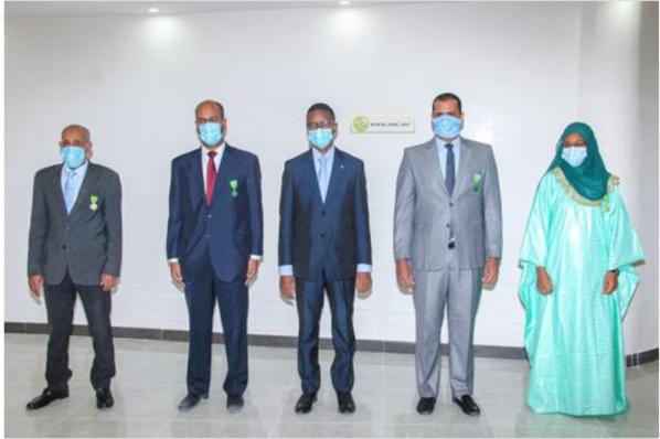 Le Premier ministre décore des fonctionnaires au Premier ministère