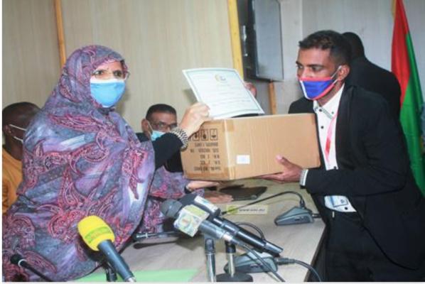 Le Conseil Régional de Nouakchott livres du matériel de désinfection à 20 coiffeurs du syndicat de la profession