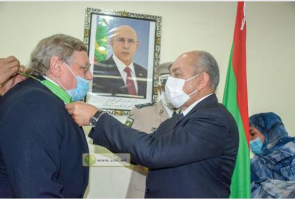 Le ministre de la justice, ministre des affaires étrangères par intérim décore l'ambassadeur russe en Mauritanie