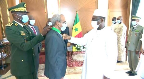 Son excellence Cheikhna Ould Nenni recevant la prestigieuse médaille de commandeur de l'ordre national du lion du Sénégal
