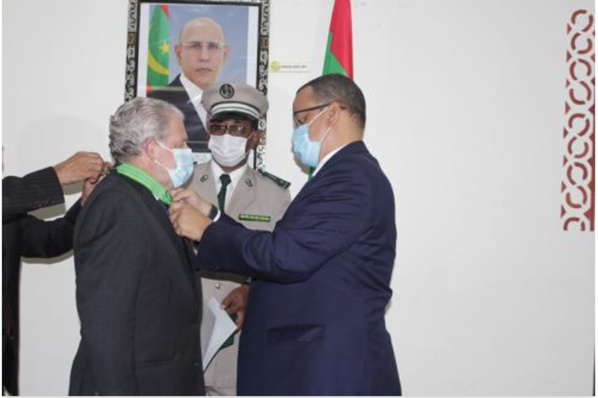 Décoration de l'ambassadeur espagnol au terme de sa mission