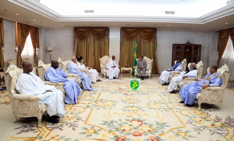 Le président de la République reçoit le président et les membres de l'association des anciens parlementaires