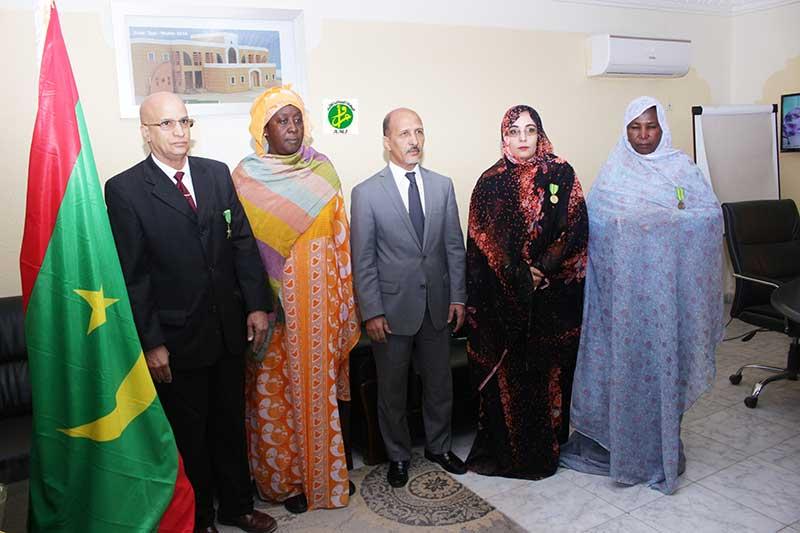 Le ministre de l'éducation nationale décore des fonctionnaires de son département