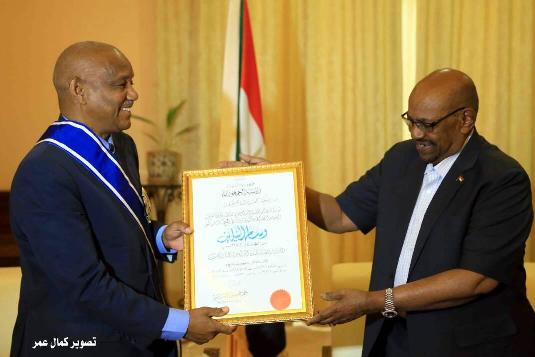 Le Président soudanais décore le diplomate Mahmoud Kane