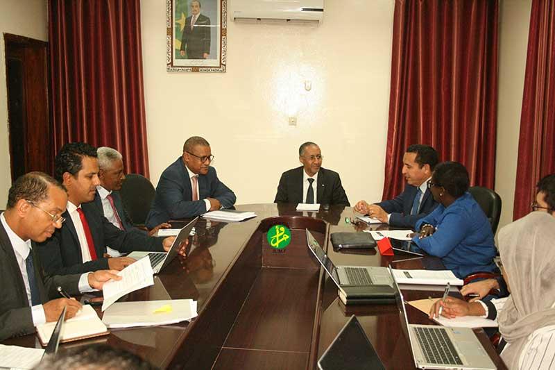 Le ministre délégué auprès du ministre de l'économie et des fiances chargé du budget s'entretient avec une mission de la BAD