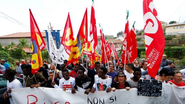 Italie: indignation après la décision de Salvini d'évacuer des migrants d'un village