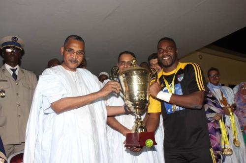 Le Premier ministre remet la coupe du Président de la République à l'équipe du FC Nouadhibou