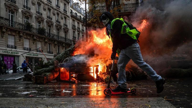 Sirènes et fumées noires : au coeur de Paris, des touristes stupéfaits du chaos