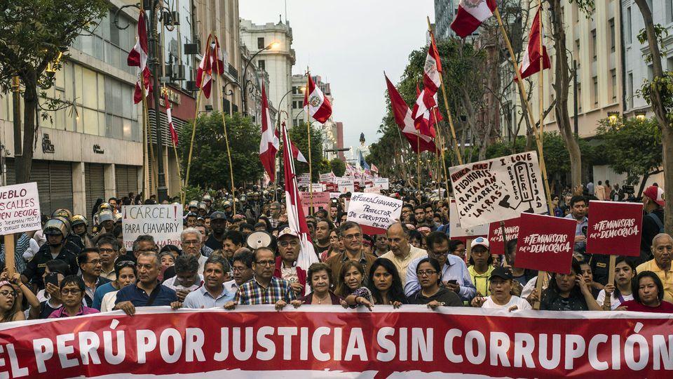 Pérou: des centaines de manifestants demandent la démission du procureur général