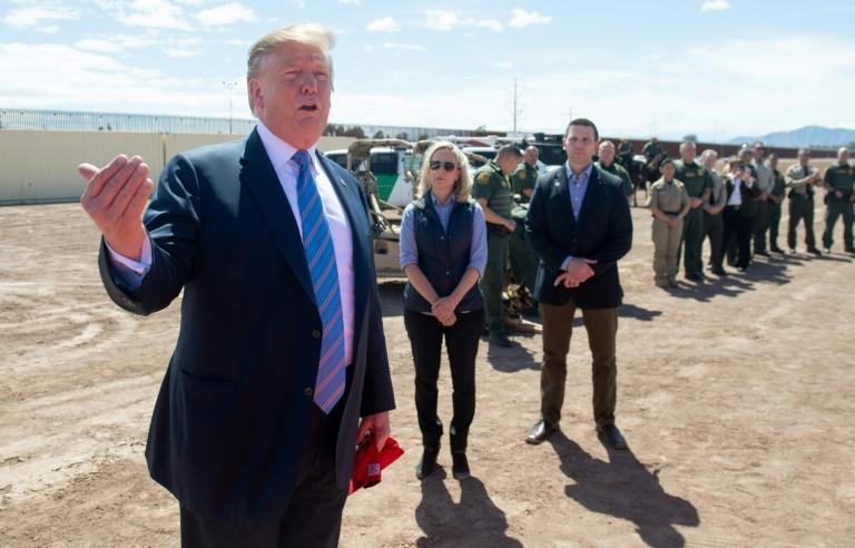 """Trump martèle son message à la frontière mexicaine: """"On est complet"""""""