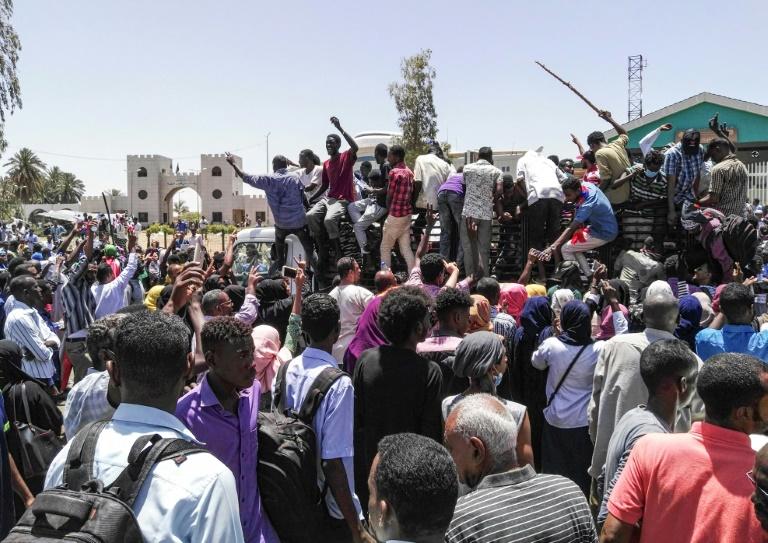 """Soudan: manifestation devant le QG de l'armée pour l'appeler à discuter d'une """"transition"""""""
