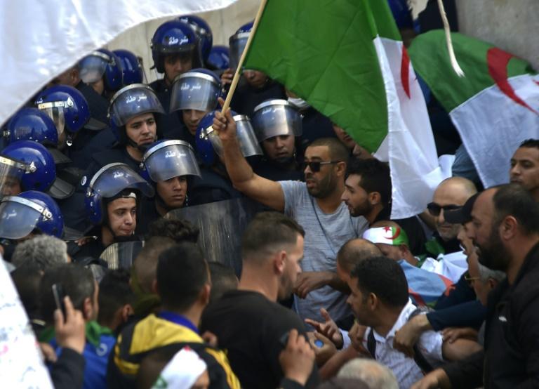 Alger: la police tente vainement d'évacuer le parvis de la Grande Poste