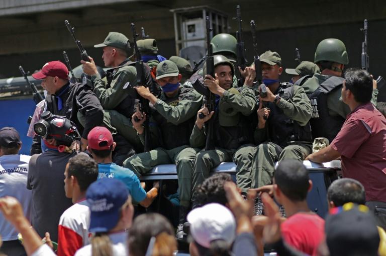 """Venezuela: soulèvement de militaires contre Maduro, """"plus de retour en arrière"""" assure Guaido"""