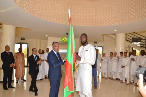 Au nom du Président de la République le Premier ministre remet le drapeau national au capitaine de l'équipe les Mourabitounes