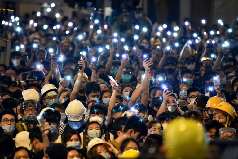 """Manifestations à Hong Kong: la police menace de sévir après le blocage """"illégal"""" de son QG"""