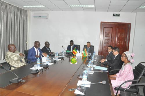 Le ministre des affaires étrangères tient une réunion avec son homologue sénégalais