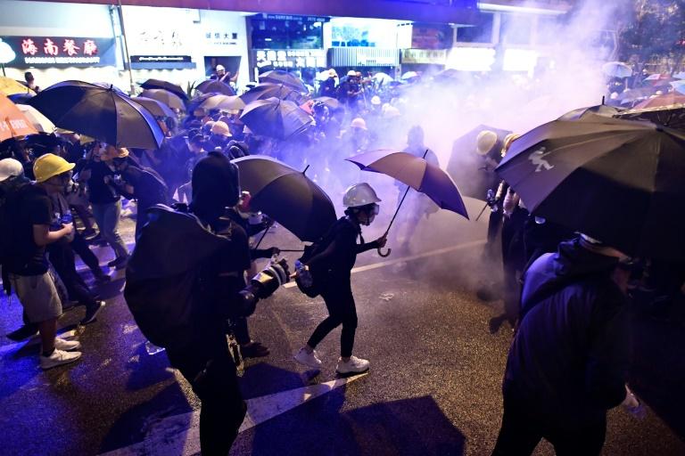Hong Kong: 44 manifestants vont être inculpés pour participation à des émeutes, annonce la police
