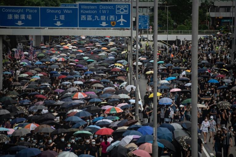 Barricade incendiée, lacrymogène et cocktails Molotov: Hong Kong plonge dans le chaos