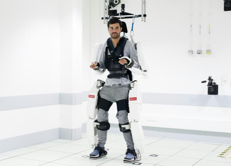 Un exosquelette connecté au cerveau permet à un patient tétraplégique de marcher
