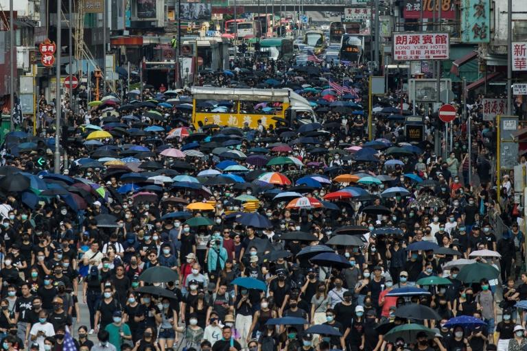 Hong Kong: lacrymogènes et canon à eau contre des manifestants en colère après des agressions