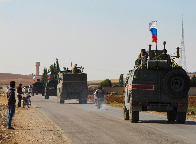 Les forces russes à la frontière syro-turque, les Kurdes se replient
