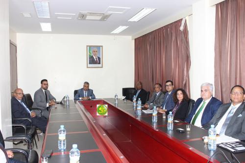Le ministre de l'économie et de l'industrie reçoit un groupe d'investisseurs dans le domaine du Gaz