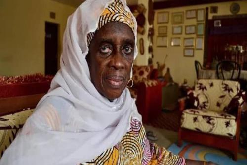 Le ministre secrétaire général du Gouvernement décore l'ancienne ministre la défunte Aissata kane