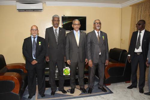 Le commissaire aux Droits de l'Homme décore des fonctionnaires de son Département
