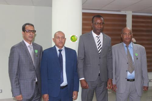 Le ministre du commerce décore des fonctionnaires de son département