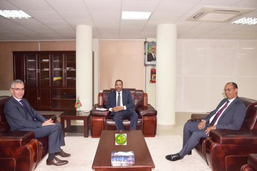 Le ministre délégué chargé de la promotion de l'investissement et du développement industriel s'entretient avec l'ambassadeur de France