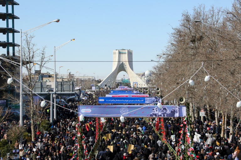 """Défendre l'Iran """"jusqu'au dernier souffle"""", une marée humaine déferle sur Téhéran"""
