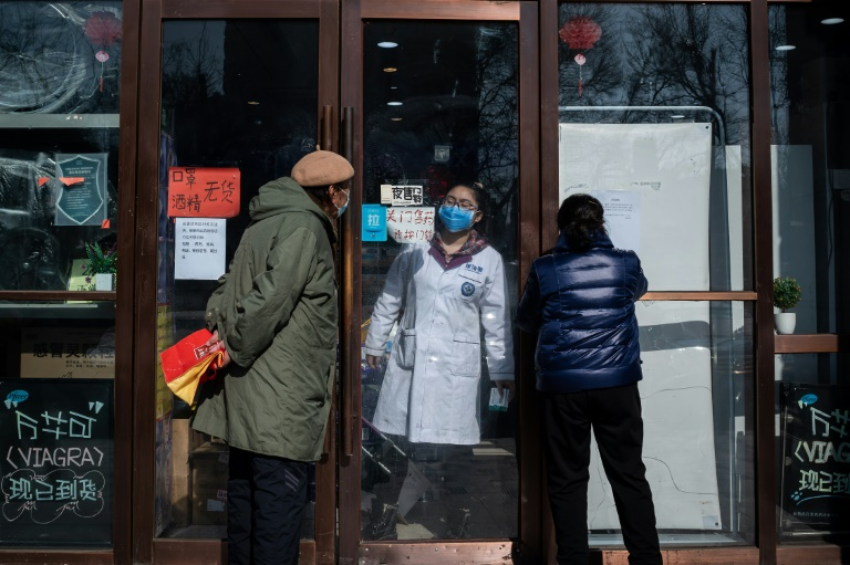 Coronavirus: le bilan mondial approche les 1.700 morts, premier décès en Europe