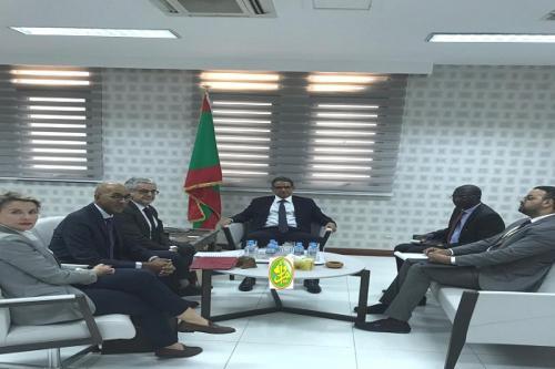 Le ministre de l'économie et de l'industrie reçoit le directeur régional de l'Agence Française de Coopération au Sahelv