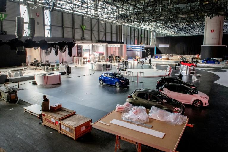 Virus: la Suisse se fige, le Salon de l'auto, les carnavals et les matches annulés