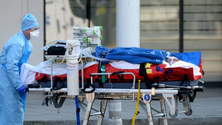 Coronavirus en France: nouvelle évacuation de patients, l'épidémie s'aggrave