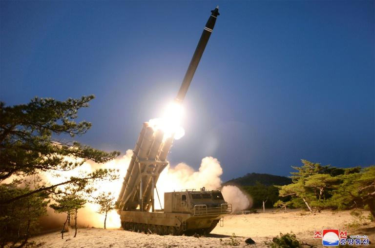 """Tirs de la Corée du Nord: des lanceurs de roquettes de """"gros calibre"""" (KCNA)"""