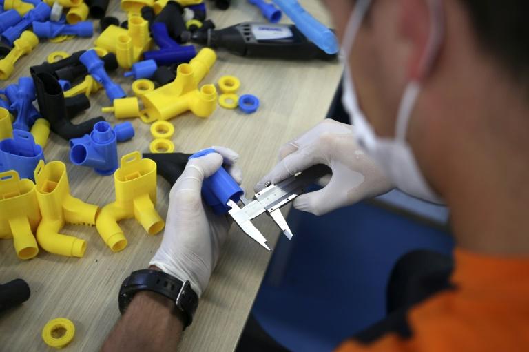 """Des """"bricoleurs"""" aux start-up, l'impression 3D face au coronavirus"""