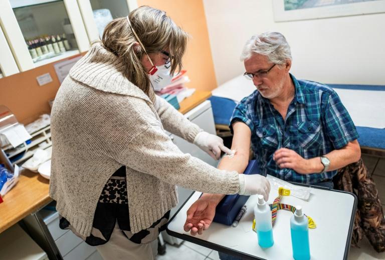 """Coronavirus: vif débat autour du """"passeport immunitaire"""" aux anticorps"""