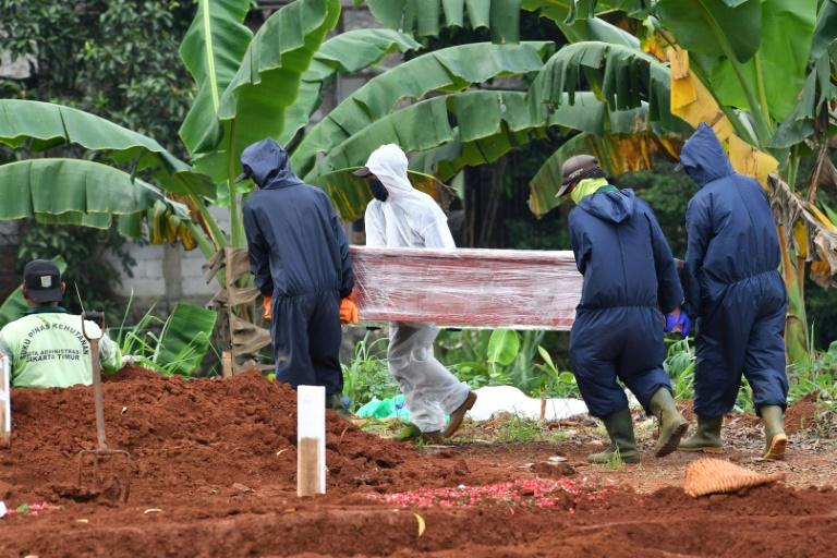 Indonésie: course contre le virus la peur au ventre dans un cimetière de Jakarta