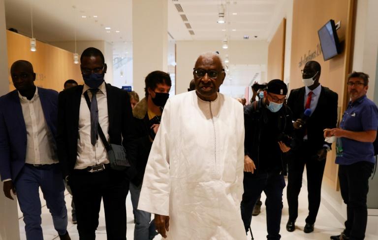 """""""Voilà qui je suis"""": à son procès pour corruption, Lamine Diack démarre son show"""