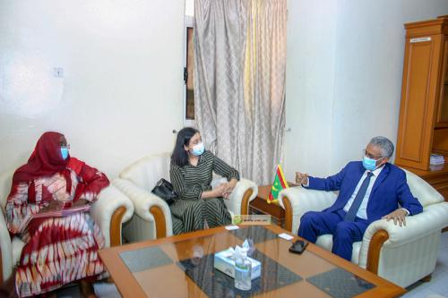 Le délégué général de TAAZOUR s'entretient avec la représentante de la Banque mondiale