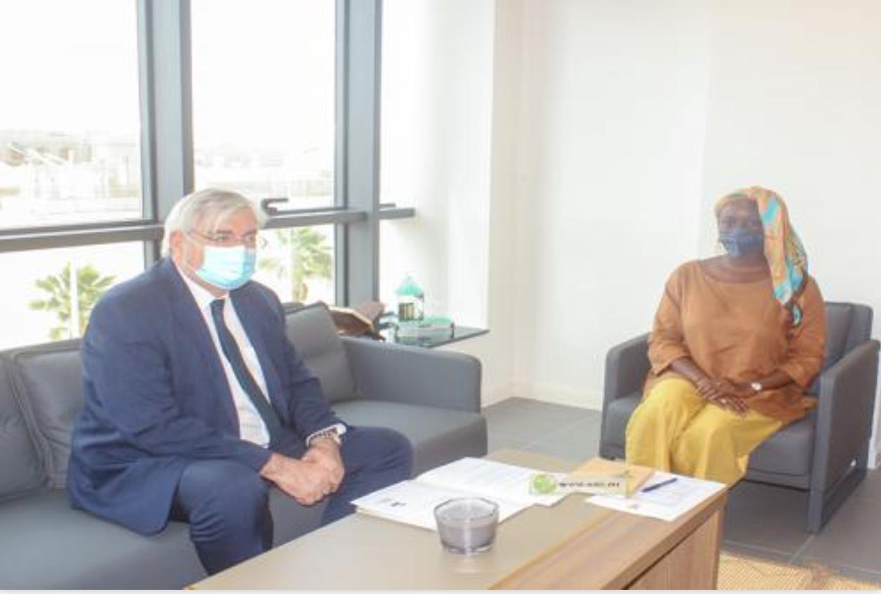 La directrice générale de l'Agence de Promotion des Investissement à en Mauritanie se réunit avec l'ambassadeur de l'Afrique du Sud