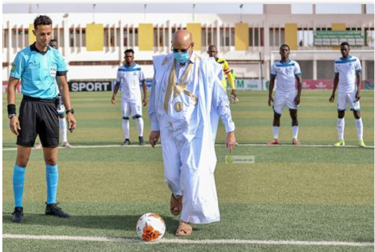 Le président de la République donne le coup d'envoi de la finale de la Coupe du Président de la République