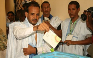 Le candidat Mohamed Lemine El Mourteji El Wafi vote au bureau 2 dans la Direction des Domaines dans la moughataa de Tevragh Zeina